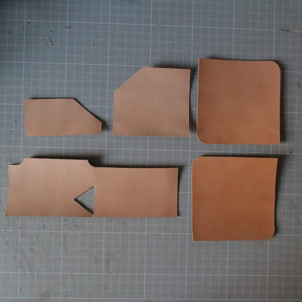 革の裁断|L字ファスナーの小型財布|レザークラフト作品紹介