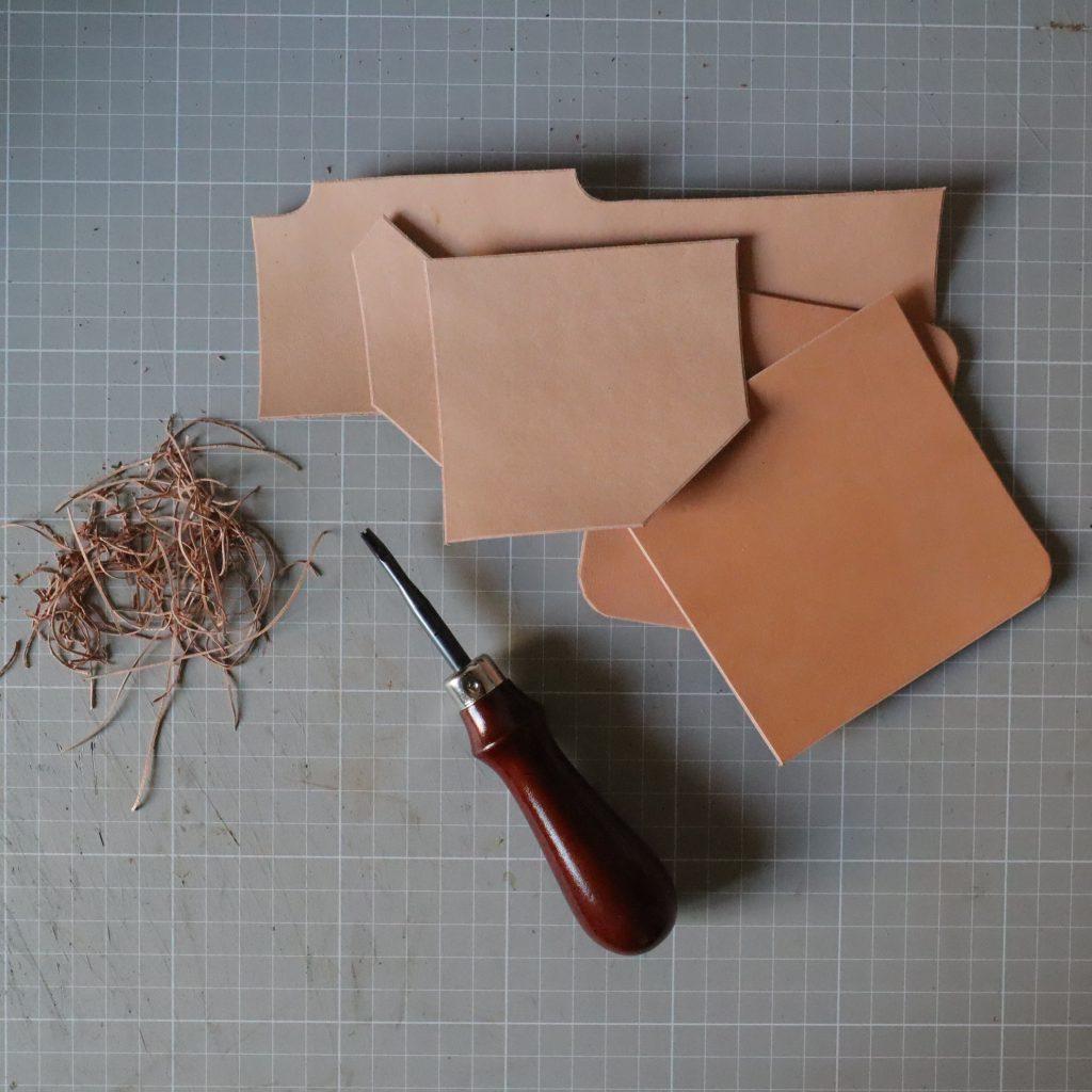 ヘリ落としとコバ処理|L字ファスナーの小型財布|レザークラフト作品紹介