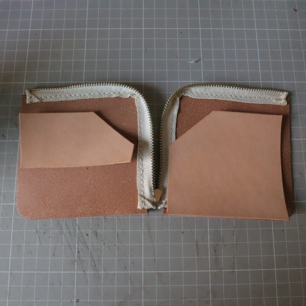 カードホルダーの縫い付け|L字ファスナーの小型財布|レザークラフト作品紹介