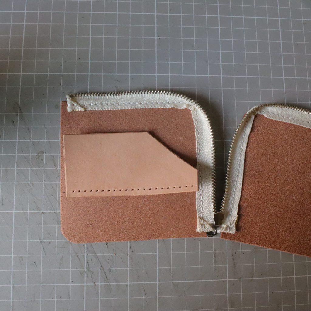 カードホルダーの縫い付け002|L字ファスナーの小型財布|レザークラフト作品紹介