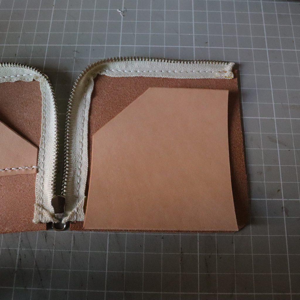 カードホルダーの縫い付け005|L字ファスナーの小型財布|レザークラフト作品紹介