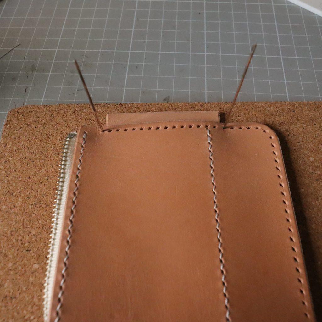 外装縫い合わせ4|L字ファスナーの小型財布|レザークラフト作品紹介