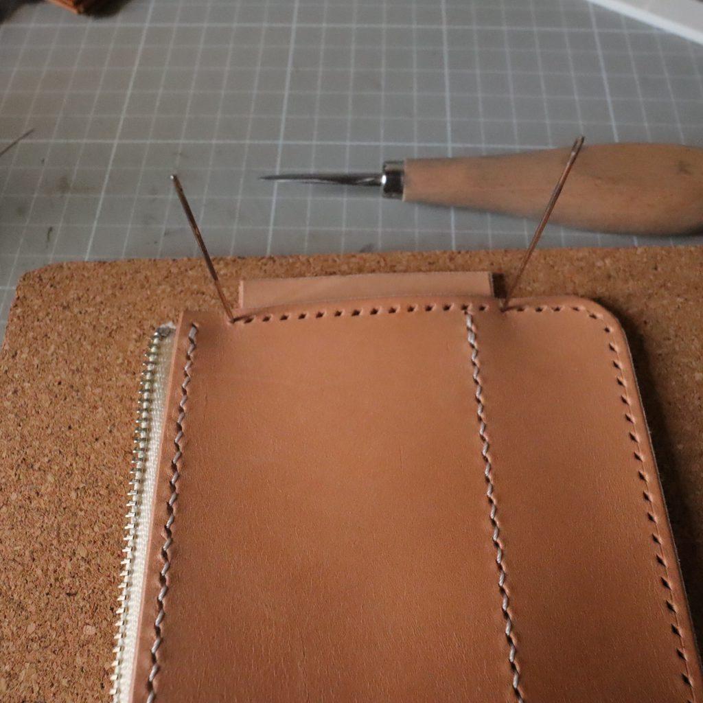 外装縫い合わせ5|L字ファスナーの小型財布|レザークラフト作品紹介
